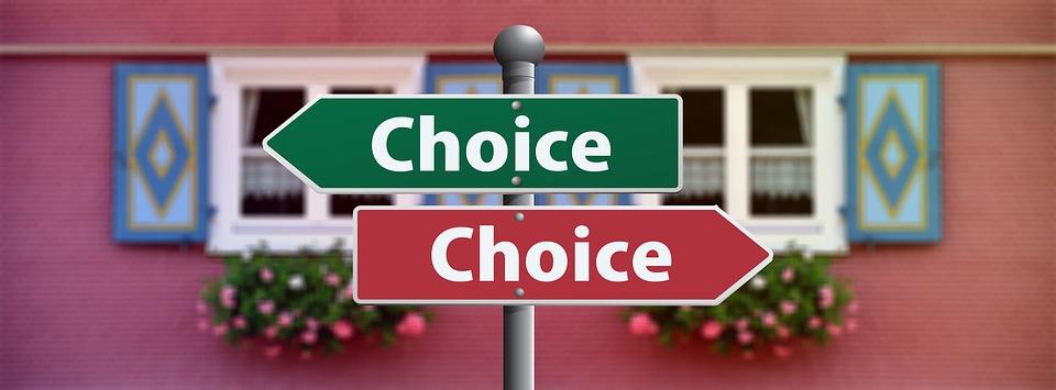 「Choice」とかかれた2つの看板