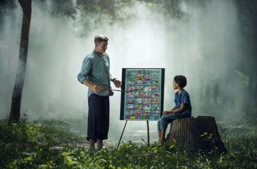 森の中で勉強する先生と生徒