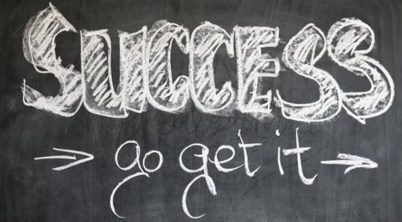 黒板に「SUCCESS」の文字