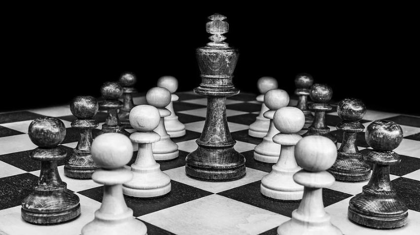 チェス盤の上にチェスの駒が載っている