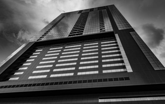 黒くて大きなビル