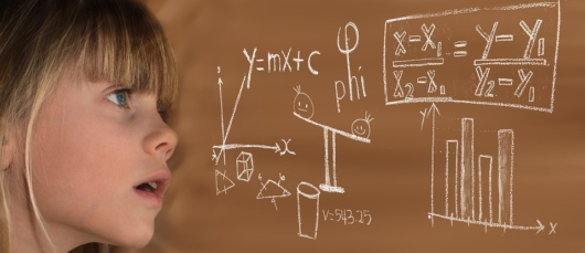数式を見ている女の子