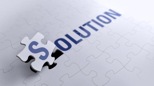 白いパズルに『SOLUTION』の青い文字