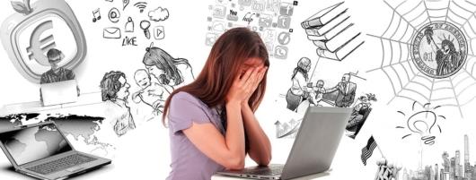 パソコンの前で顔を覆っている女性