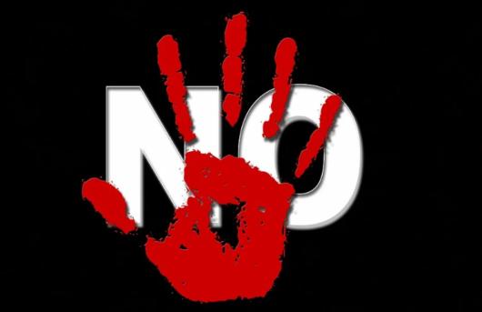 「NO」の文字に赤い手形