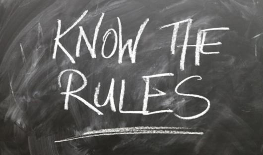 黒板に『Know The Rules』の文字